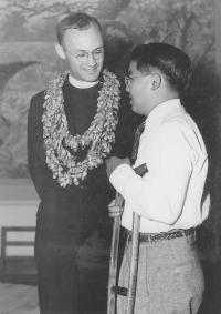 Chaplain Yost and Kenneth Otagaki. [Courtesy of University of Hawaii JA Veterans' Collection]