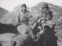 Soldiers in D Company with mortar, Italy 1945. [Courtesy of Fumie Hamamura]