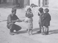 Soldier sharing sweets with Italian children. [Courtesy of Fumie Hamamura]
