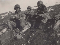 Stanley Hamamura and soldiers with mail in Italy, 1944. [Courtesy of Fumie Hamamura]