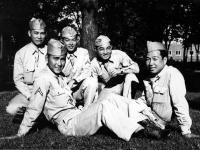 Motoishi, Stanley Hamamura, R. Ishimoto, Itsuo Takahashi, and Isamu Inouye waiting for the bus to Wisconsin Dells [Courtesy of Fumie Hamamura]
